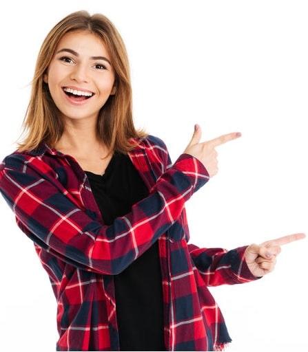 אישה שמחה מציגה את הטיפים