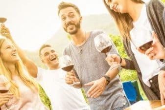 חברים שותים יין ואוכלים גבינות ביום גיבוש